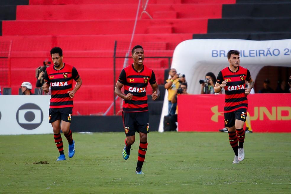 ... Gabriel comemora um dos seis gols marcados com a camisa do Sport —  Foto  Estadão c9bdca7c24165
