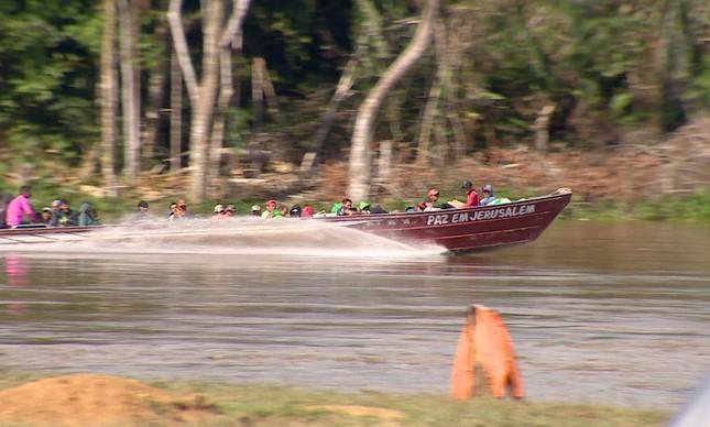 Imagem feita no dia 16 de maio mostra garimpeiros no rio Uraricoera, a caminho de garimpo ilegal na Terra Yanomami