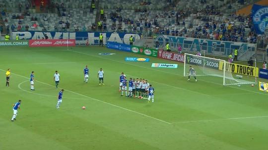 Robinho cobra falta, a bola passa perto do gol de Omar