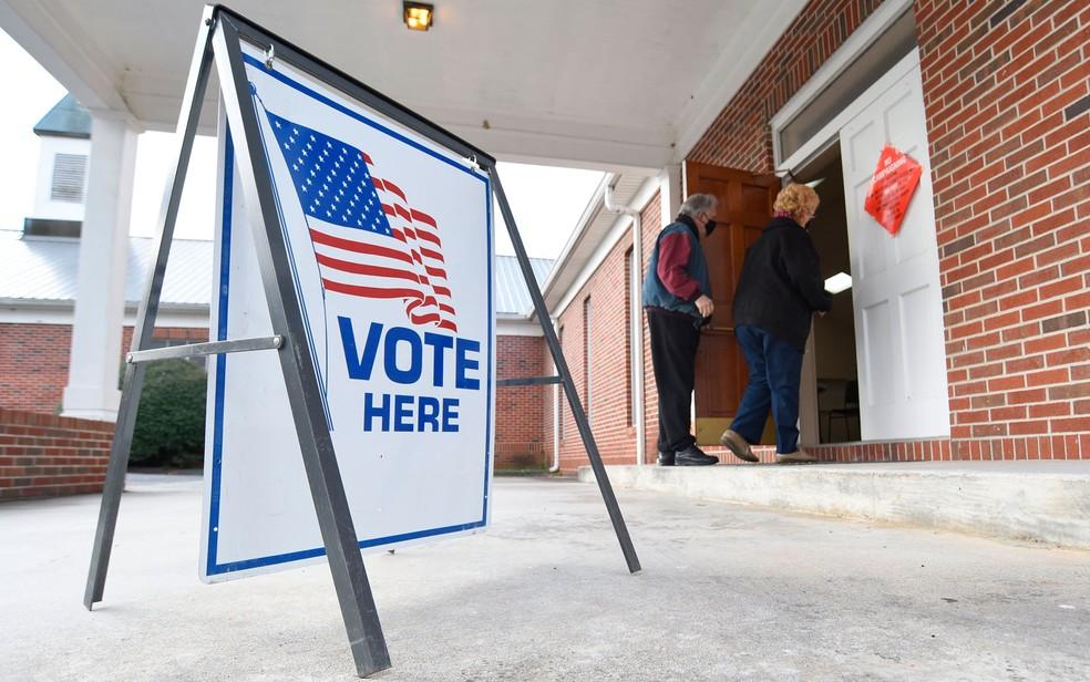 Eleitores entram em centro de votação em Dawnville, Georgia, em 5 de novembro de 2020 — Foto: Matt Hamilton/Chattanooga Times Free Press via AP
