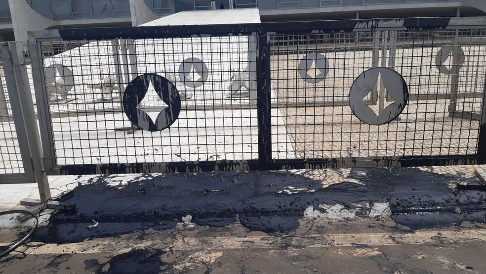 Grades do Palácio do Planalto ficaram manchadas após protesto — Foto: Afonso Ferreira/G1