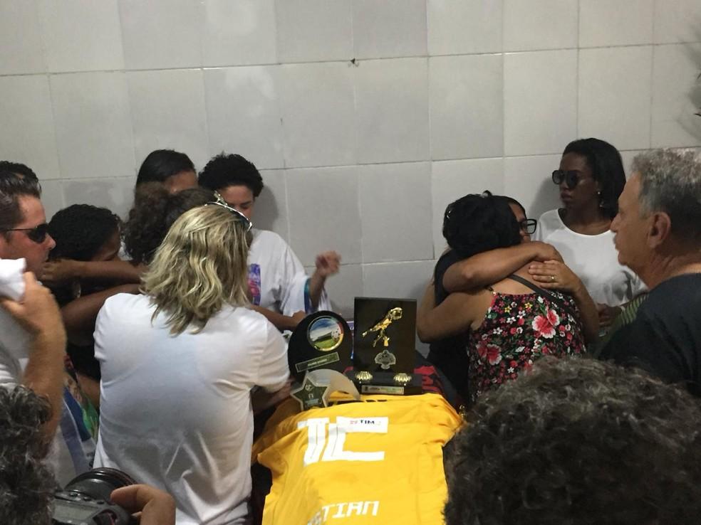 Troféus da carreira de Christian Esmério foram colocados sobre o caixão — Foto: Fernanda Rouvenat/ G1
