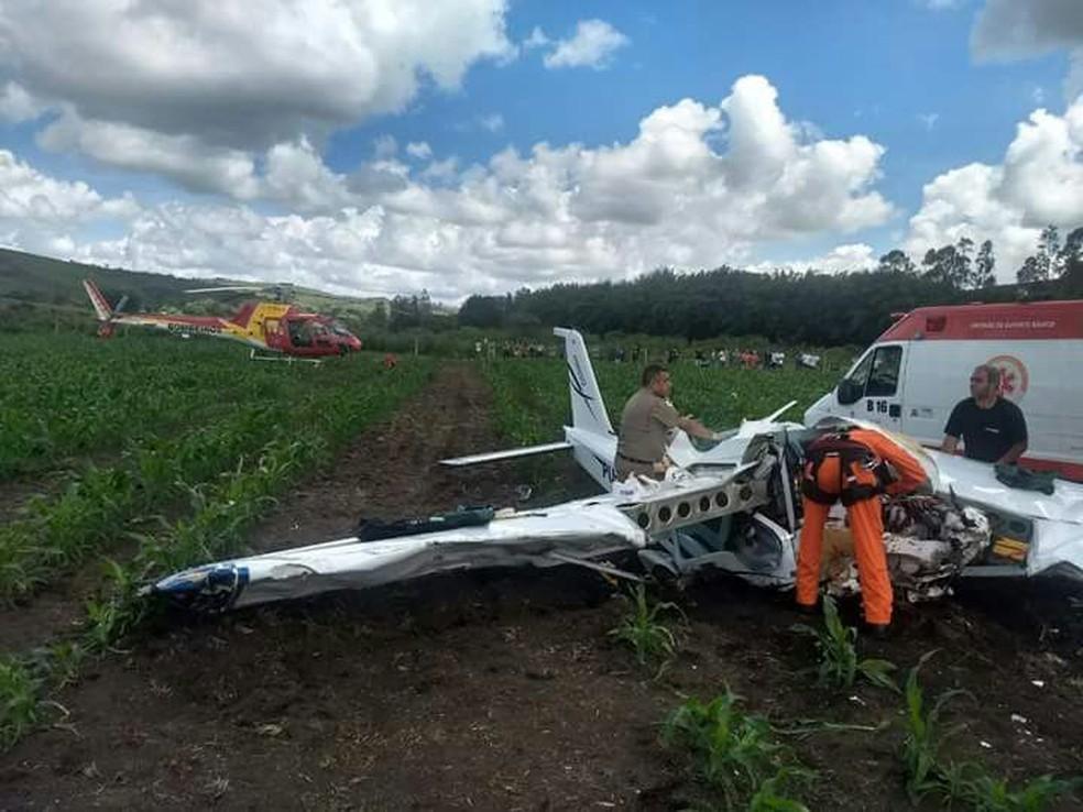 Aeronave caiu no meio de plantação de milho em Baependi (MG) (Foto: Corpo de Bombeiros)