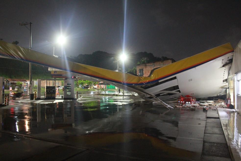Estrutura de posto de combustíveis na Zona Norte desabou durante chuva em Manaus — Foto: Rickardo Marques/G1 AM