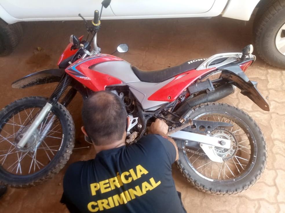 Motocicleta apreendida durante ação policial foi analisada por peritos em Rurópolis — Foto: Polícia Civil/Divulgação