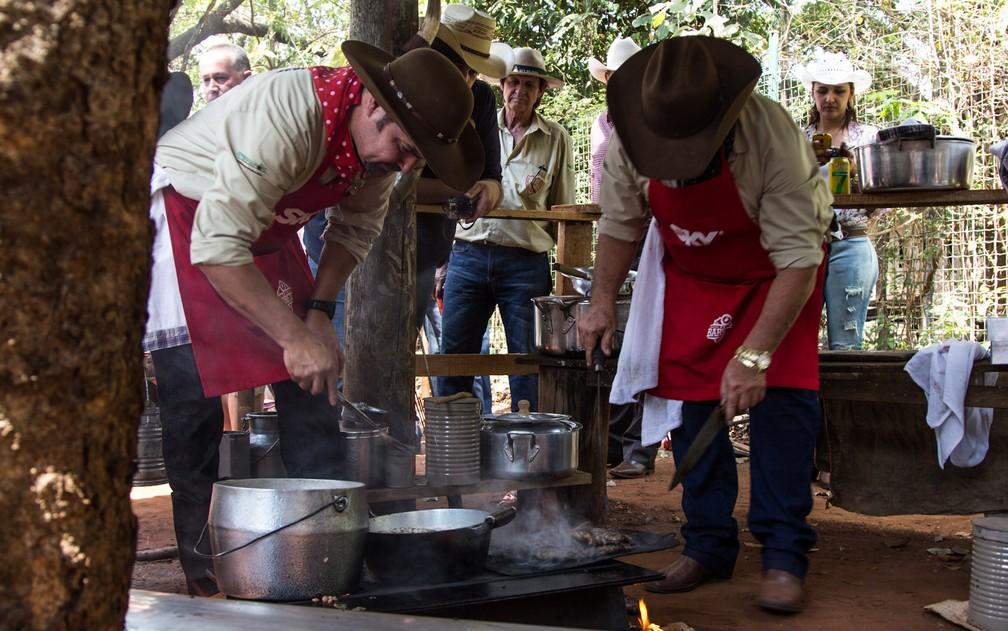 Tropeiros preparam carne para compor prato da Queima do Alho em Barretos (Foto: Mateus Rigola/G1/Arquivo)