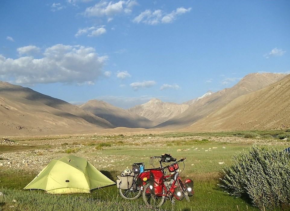 Avós exploram 16 países de bicicleta e percorrem quase 20 mil km juntos (Foto: Reprodução/Daily Mail)