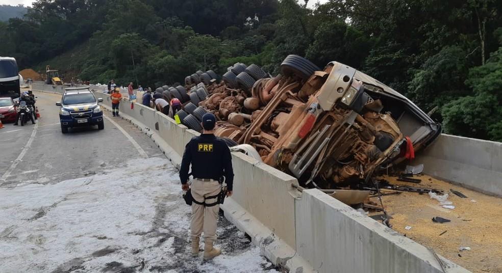 Motorista do caminhão ficou preso nas ferragens após capotamento na BR-376, em Guaratuba — Foto: Divulgação/PRF