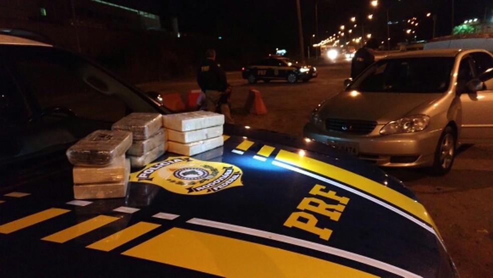 Dupla é presa com nove quilos de droga escondidos em carro na Fernão Dias (Foto: Divulgação/ Polícia Rodoviária Federal)
