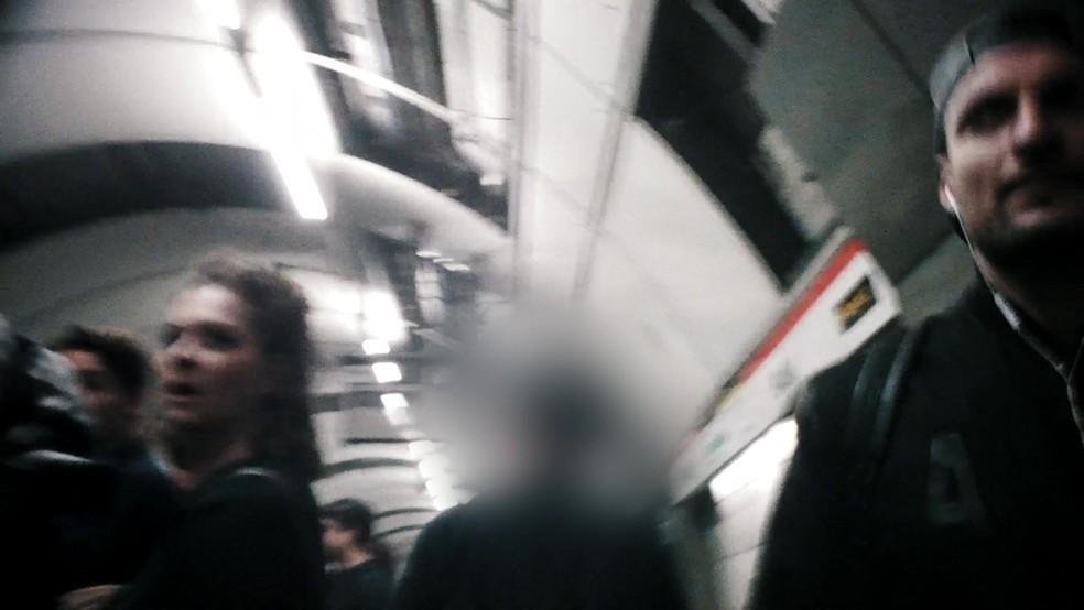 Policial a paisana persegue assediador no metrô de Londres (Foto: Reprodução/ BBC)
