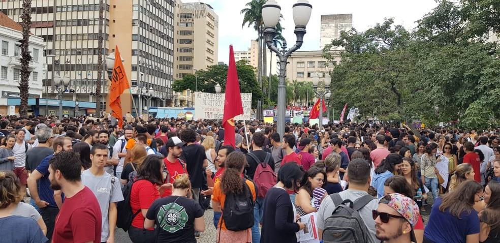 Manifestantes protestam contra corte de verbas da Educação em Campinas — Foto: César Cocco