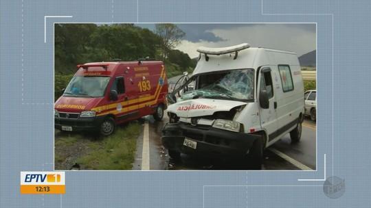 Motorista de ambulância perde controle em aquaplanagem e bate contra caminhão na BR-491