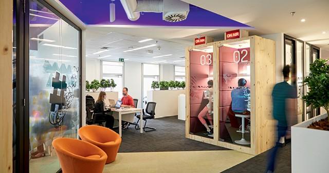 Na Linx, empresa de software de gestão, as cabines privadas têm portas de vidro, mas também isolamento acústico (Foto: Arthur Nobre)