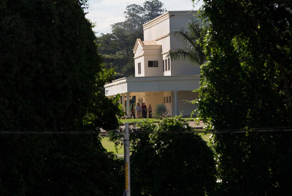 Foto de 29 de março mostra integrantes da Word of Faith Fellowship (Associação Palavra da Fé), na sede da Igreja em São Joaquim de Bicas, Minas Gerais  (Foto: Silvia Izquierdo/ AP)
