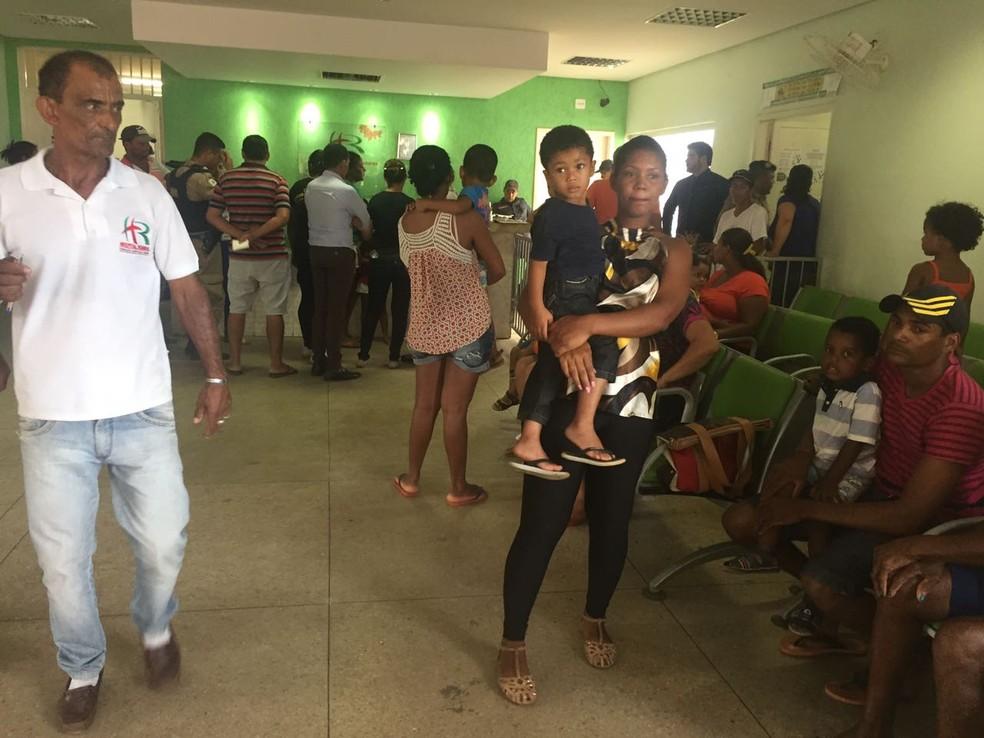 Famílias aguardam informações dos feridos no hospital (Foto: Natália Jael/Inter TV)