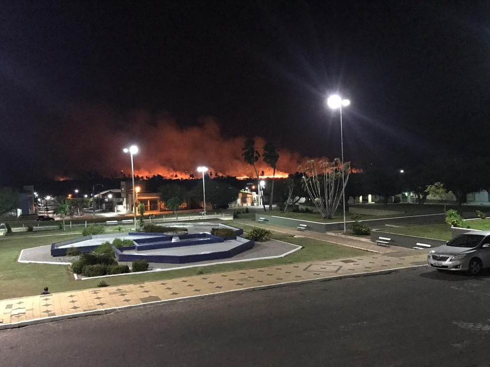 Incêndio florestal atinge Ceará-Mirim nesta noite — Foto: Redes sociais