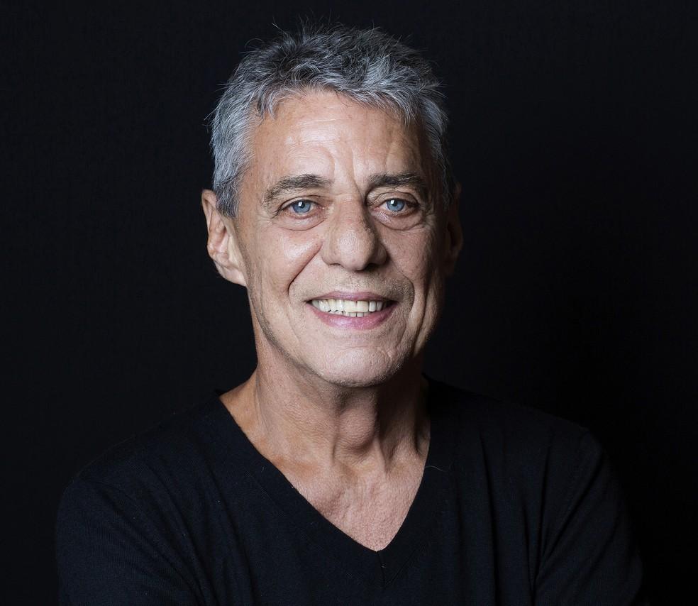 Chico Buarque tem a composição 'Olhos nos olhos' revivida em ambiência eletrônica pelo duo NU'ZS — Foto: Leo Aversa / Divulgação