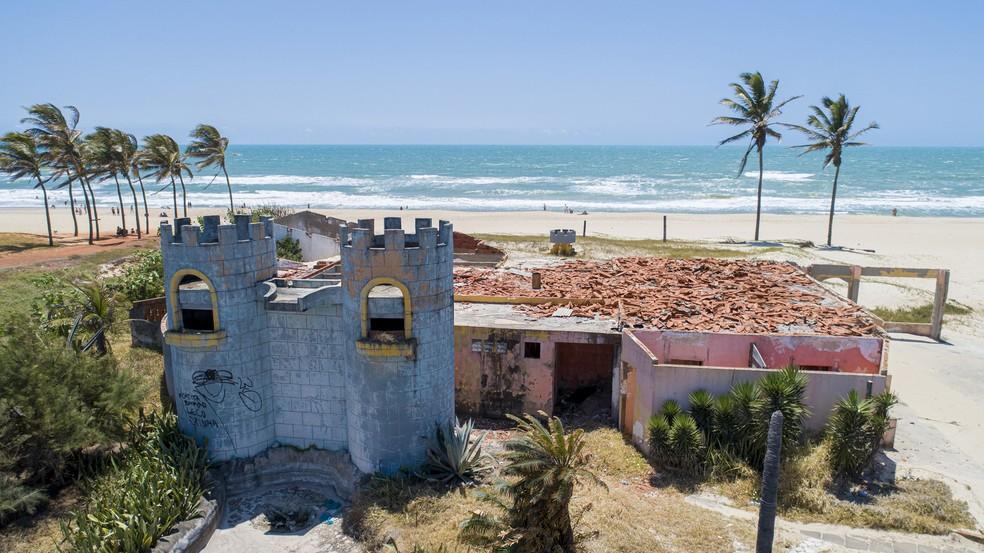 Barraca abandonada na Praia do Futuro, em Fortaleza — Foto: Carlos Marlon/SVM