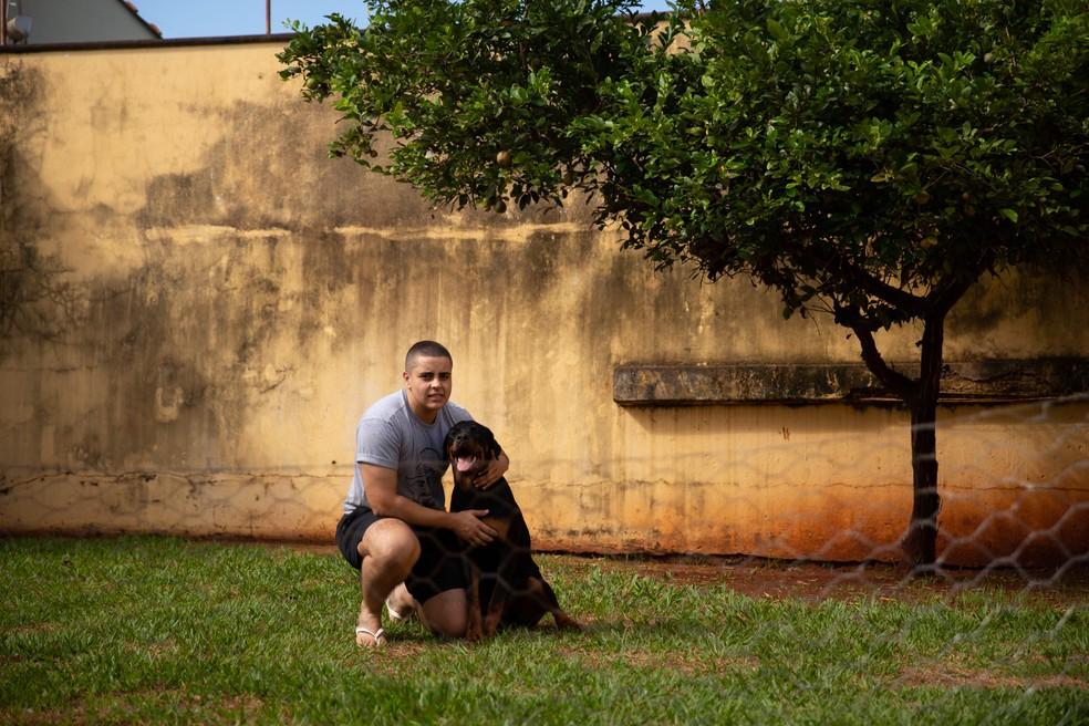 Henrique brinca com o rotweiller Blade  — Foto: Marcelo Brandt/G1