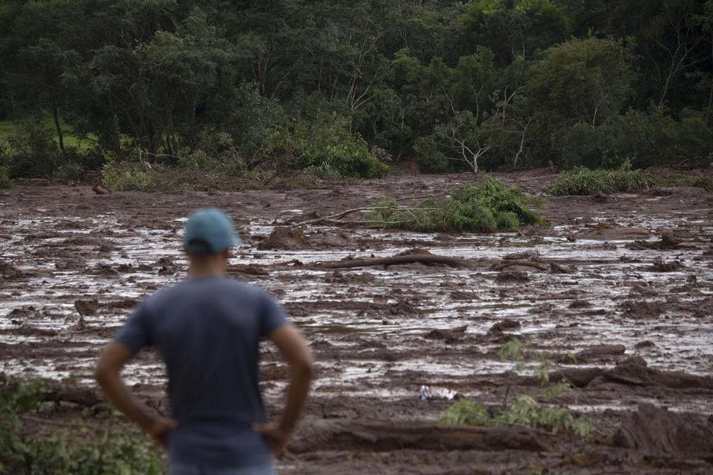 Um homem observa a lama depois do rompimento da barragem da Vale em Brumadinho. — Foto: Mauro Pimentel/AFP