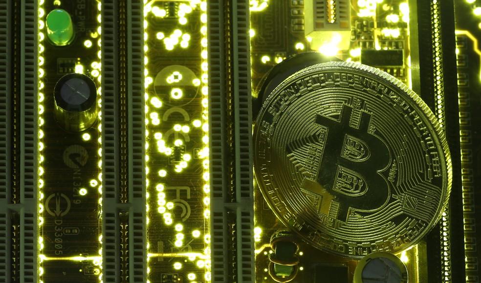 Moeda ilustrativa do bitcoin em meio a placa-me de computador Foto Dado RuvicReuters