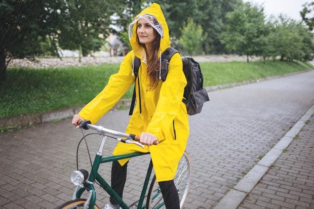 Para andar de bicicleta na chuva, o ideal é-ter-equipamentos específicos (Foto: Thinkstock)