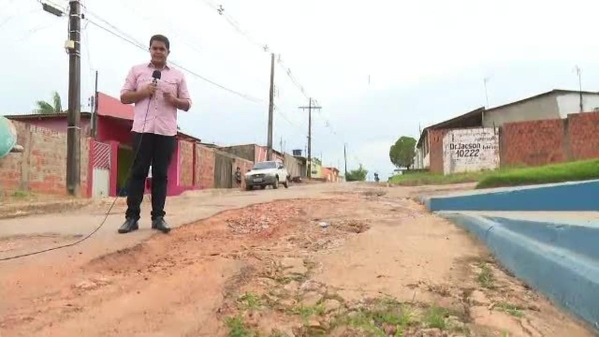 Com 'vaquinha', morador faz reparos em rua de Rio Branco por conta própria