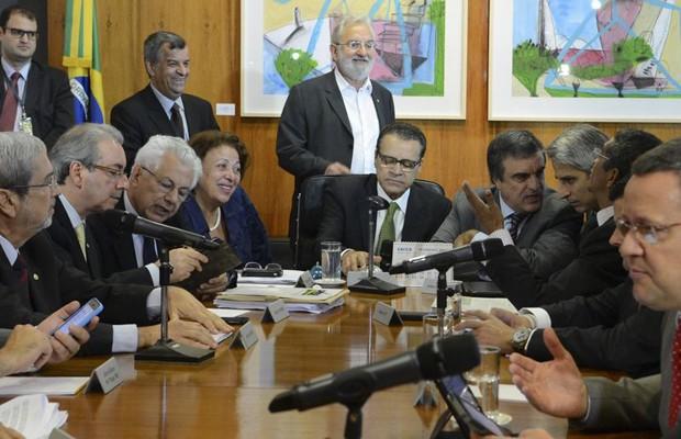O presidente da Câmara, Henrique Alves (centro), em reunião com ministros e líderes partidários sobre o Marco Civil da Internet (Foto: Antonio Cruz / Agência Brasil)