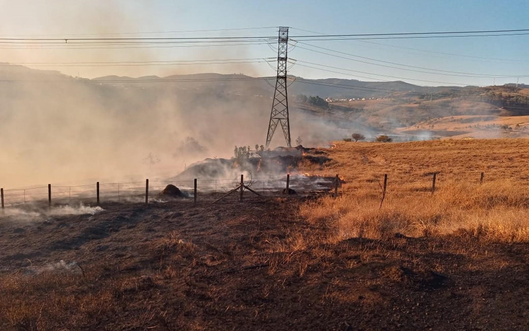 Incêndio queima cerca de 24 hectares  de vegetação em área com redes de alta tensão, em Poços de Caldas, MG