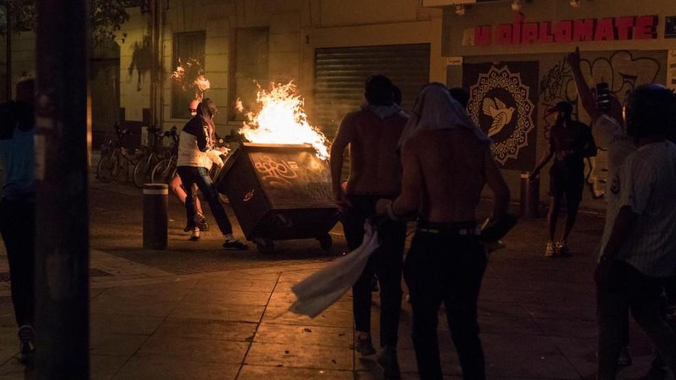 Vandalismo nas ruas de Paris após derrota do PSG — Foto: AP
