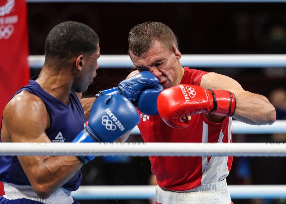 Hebert Conceicção acerta o ucraniano na final do boxe — Foto: Wander Roberto/COB