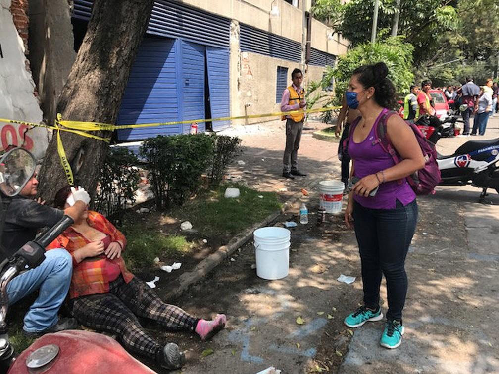 Mulher ferida é socorrida após forte tremor na Cidade do México nesta terça-feira (19) (Foto: Carlos Jasso/Reuters)