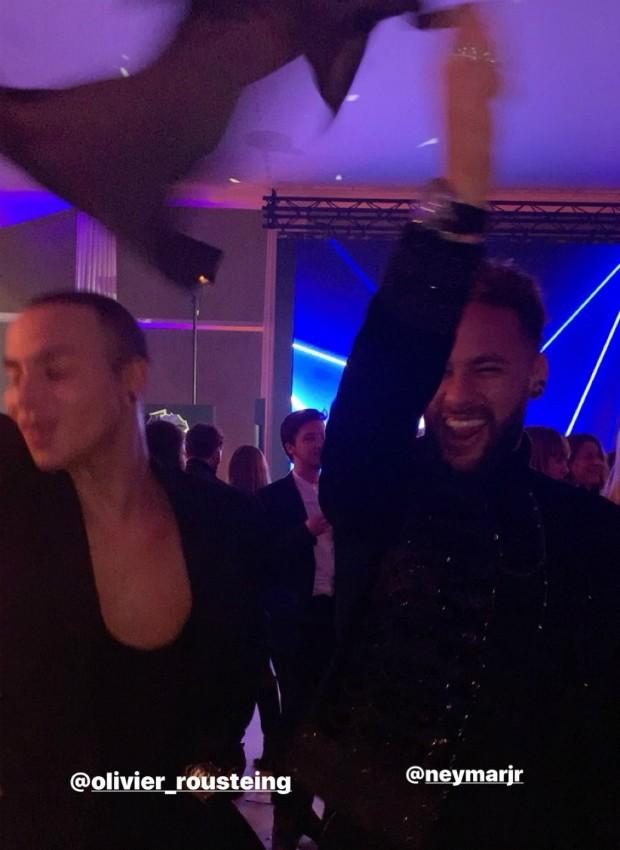 Resultado de imagem para Neymar cai na dança com estilista em jantar beneficente