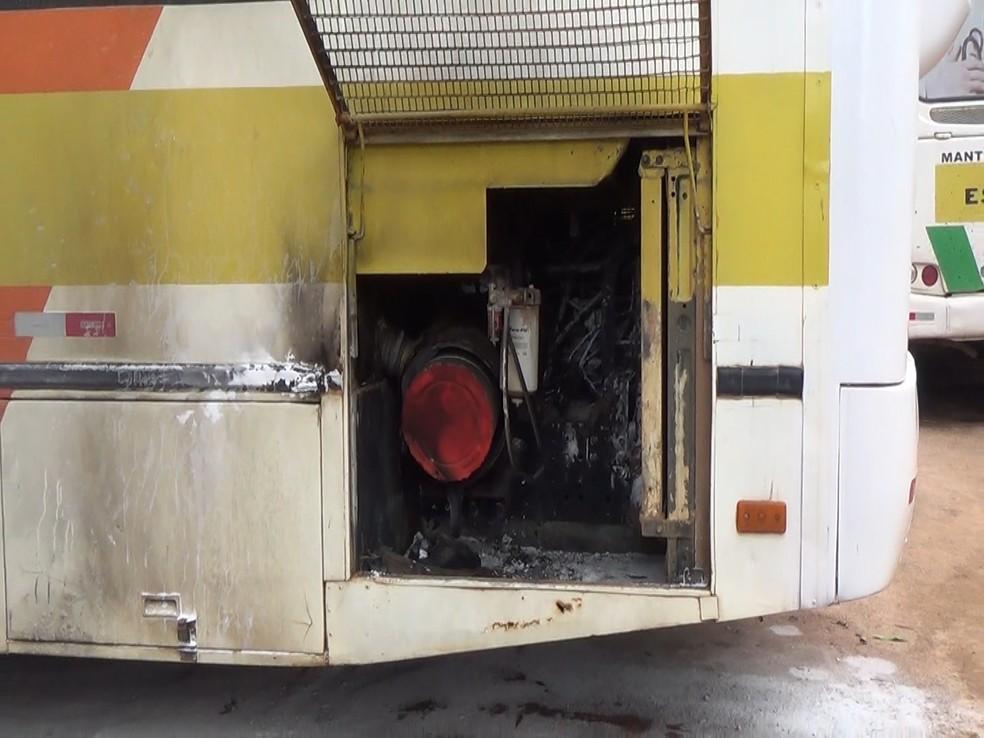 Ônibus escolar estava em garagem na Avenida Jaru — Foto: Rede Amazônica/Reprodução
