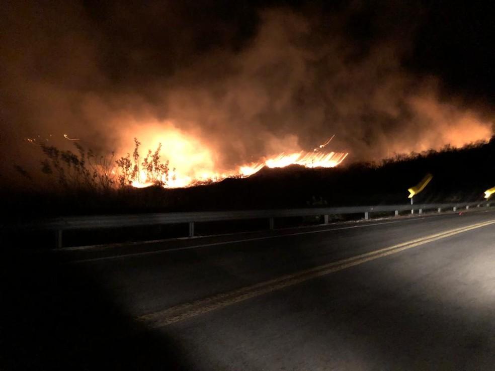 Fogo atingiu região de mata da cidade de Acari, no Seridó potiguar — Foto: Redes Sociais