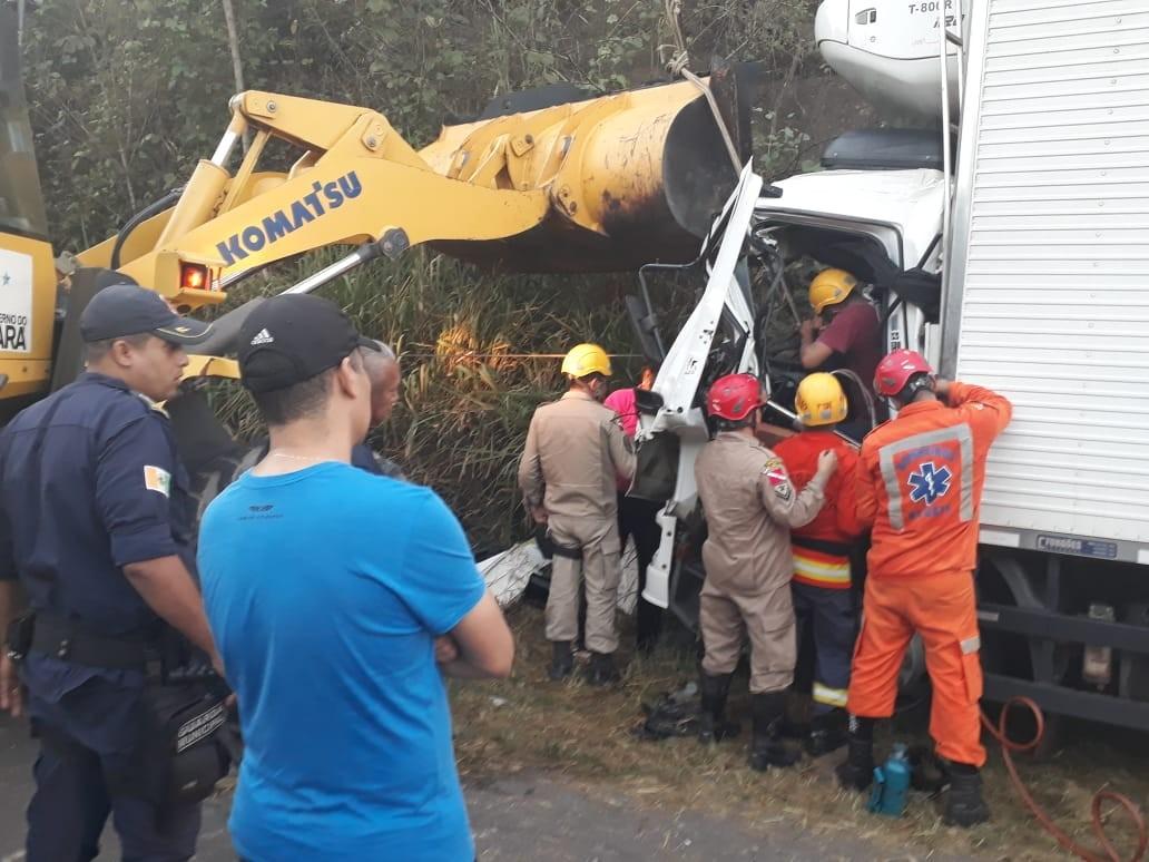 Homem fica preso nas ferragens de caminhão após colisão com carreta em Ipixuna do Pará
