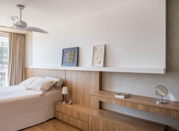 Os elementos de marcenaria também levam a assinatura da arquiteta, a exemplo da cabeceirada cama, com painel e penteadeira conectados (Foto: Haruo Mikami/Divulgação)