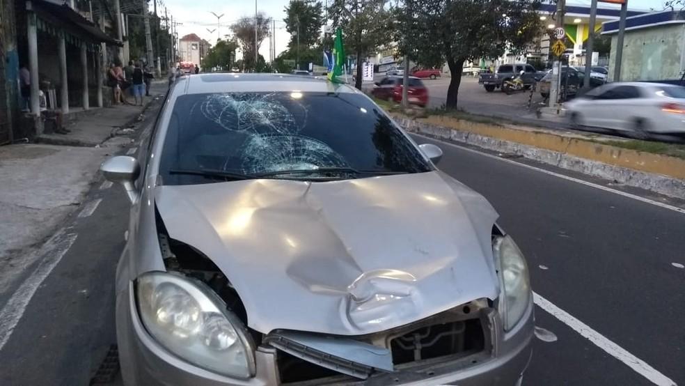 Carro envolvido em acidente permaneceu no local para passar por perícia (Foto: Luciano Abreu/Rede Amazônica)