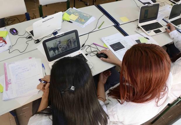 Detentas em aula de programação com colunista promovida pela Mastertech (Foto: Divulgação/Mastertech)