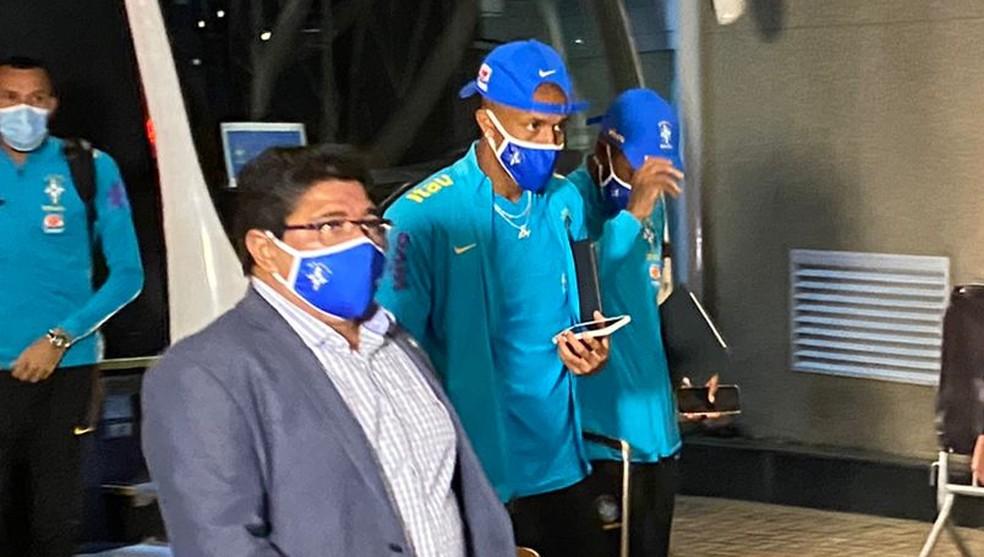 Ednaldo Rodrigues, atual presidente da CBF, ao lado de jogadores da Seleção — Foto: Victor Pozella