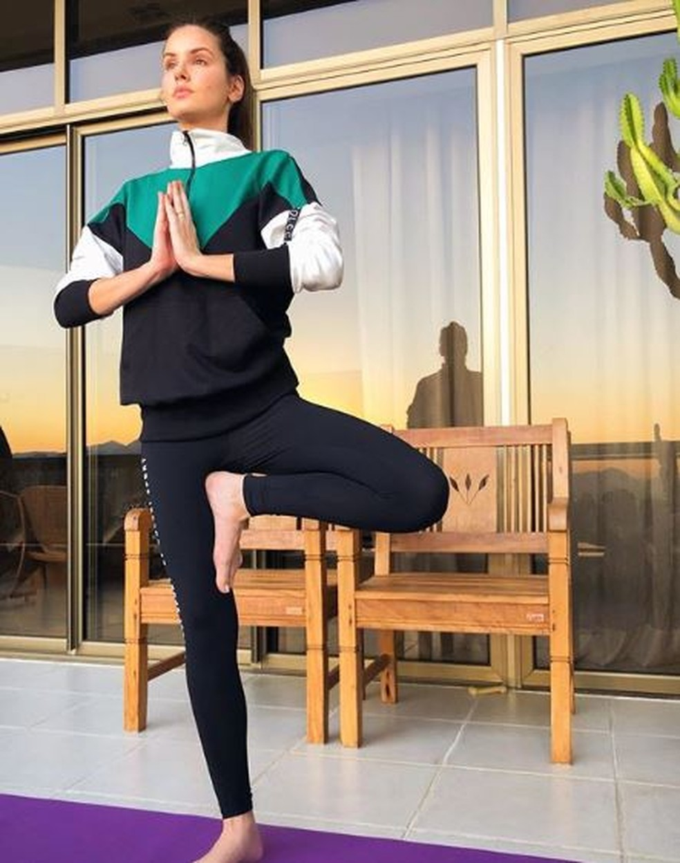 Camila Queiroz faz yoga em casa — Foto: Reprodução do Instagram