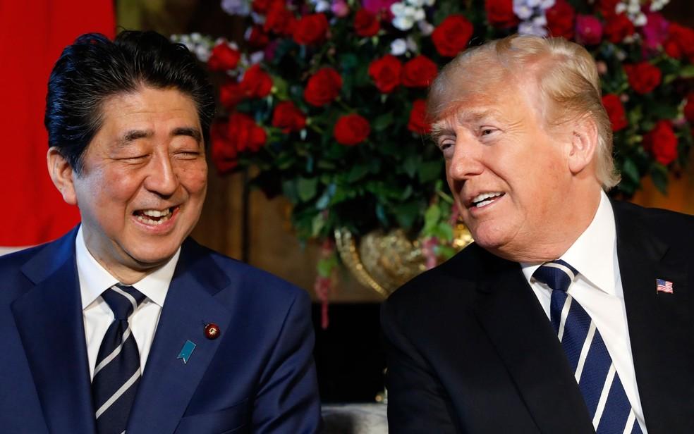 O presidente dos EUA, Donald Trump, recebe o primeiro-ministro do Japão, Shinzo Abe, em Mar-a-Lago, em Palm Beach, na Flórida, na terça-feira (17) (Foto: Reuters/Kevin Lamarque)