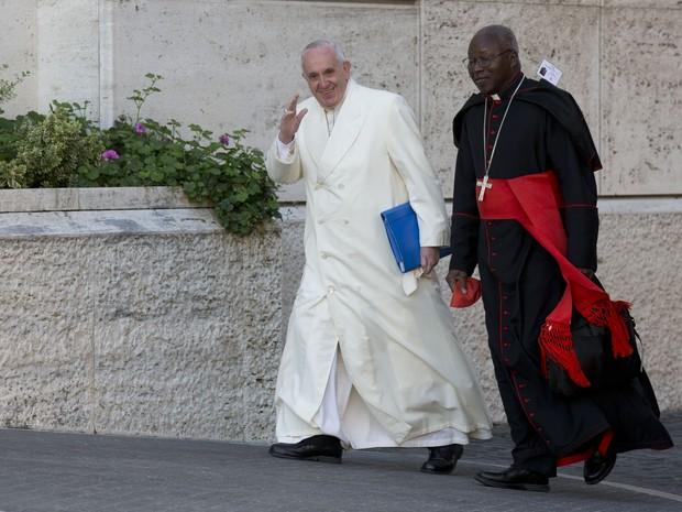 Papa Francisco acena na chegada para o sínodo dos bispos, no Vaticano, na sexta (23) (Foto: AP Photo/Alessandra Tarantino)
