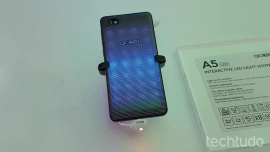 Alcatel A5 LED chama atenção com traseira personalizável por LEDs