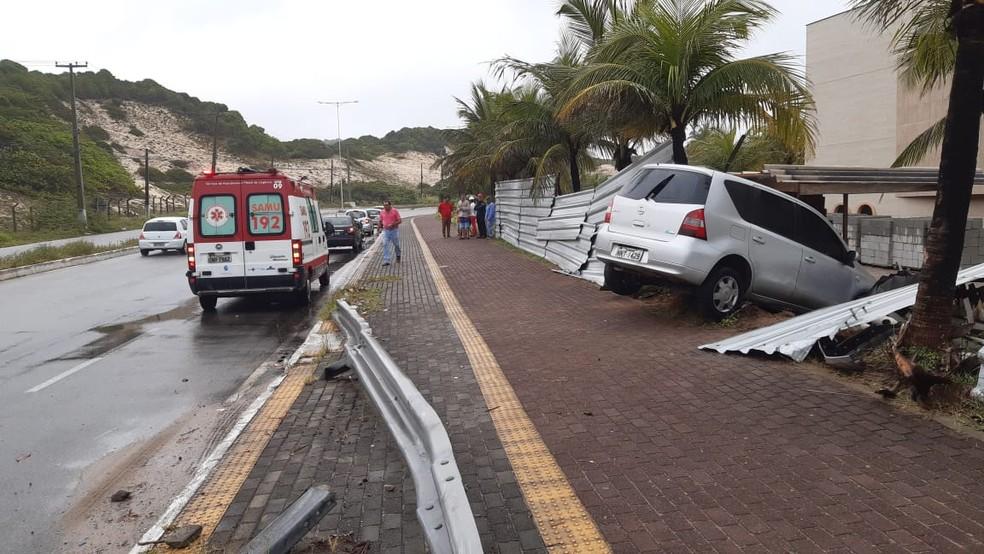 Carro seguia no sentido ao centro de Natal, aquaplanou e derrubou tapumes de obra em hotel da Via Costeira em Natal — Foto: Sérgio Henrique Santos/Inter TV Cabugi