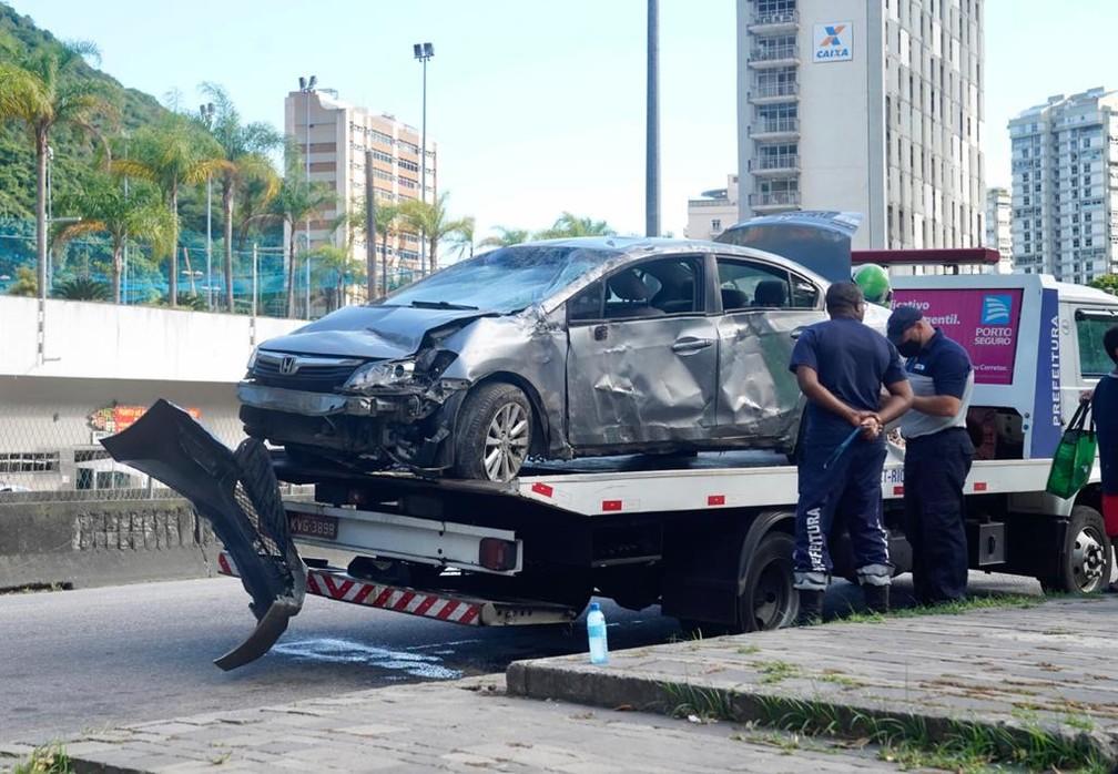 Carro foi retirado da via por equipes da CET-Rio — Foto: Marcos Serra Lima/G1