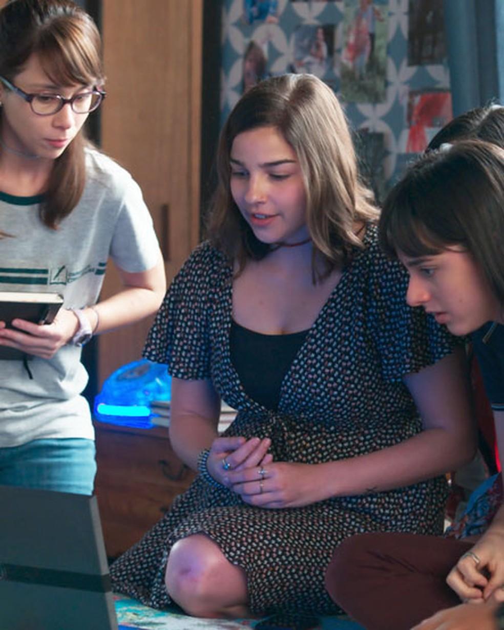 Keyla (Gabriela Medvedovski) e as amigas encontram foto de Deco e estão prestes a saber mais sobre o pai de Tonico em 'Malhação - Viva a Diferença' — Foto: Globo