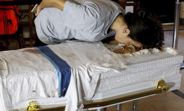 Bruna, mãe de Marcos Vinícius, vela o corpo do filho