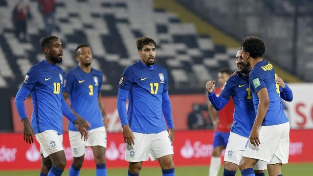 Everton Ribeiro é festejado após marcar em Chile x Brasil