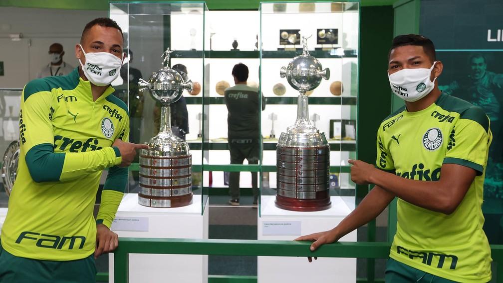 Breno Lopes e Rony, decisivos no título da Libertadores de 2020, com as taças do Palmeiras — Foto: Cesar Greco